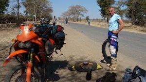 Reifenwechsel auf einsamer Strasse